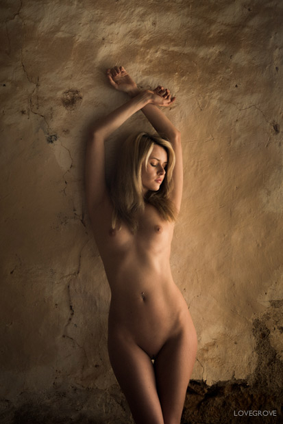 Carla is a very experienced art nude model and can really shape herself beautifully.